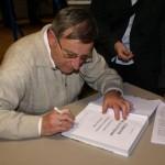 Bernhard Arens beim signieren der Chronik