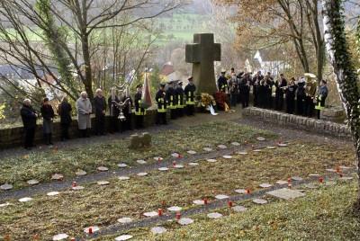Kranzniederlegung auf dem Ehrenfriedhof in Wallendorf